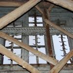 Вівтарне вікно і ригель-стяжка. Таке конструктивне рішення також цілком унікальне
