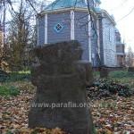 Біля храму зібрані старовинні козацькі хрести
