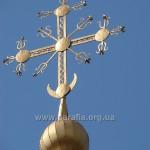 Чудовий традиційний хрест - на жаль, тільки на центральному об'ємі храму