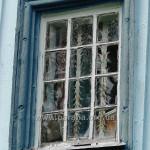 Вікно у наві і традиційні грати