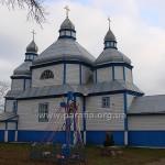 Церква з північного боку та «Фігура», як називають подібні Розп'яття на заході України