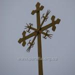 Старий хрест над новою дзвіницею