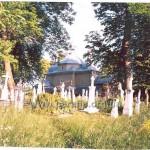 Навколо храму - дуже затишний цвинтар