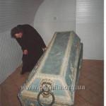 """Труна-саркофаг Адама Киселя. Коли радянські атеїсти сплюндрували поховання, черепом ясновельможного пана місцеві хлопчаки """"гуляли у футбола"""". Sic transit, як то кажуть..."""