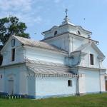 Сільська ідилія: серпокрильці над храмом