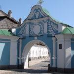 Економічна брама Михайлівського Золотоверхого монастиря (відтворена на поч. ХХІ ст.), через яку і потрапляємо прямо до трапезної церкви