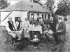 В.Габсбург (у центрі) та його ад'ютант О.Луцький (ліворуч нього) під час обіду з господарями помешкання, в якому квартирував ерцгерцог. Село Масляниківка поблизу Єлисаветграду на Херсонщині, липень 1918 р.