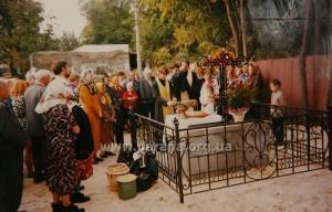 Молебінь на міці, де стояв Хресто-Воздвиженський храм у Пирогові, освячення хреста 1998 р.