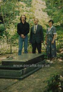 Панахида на могилі Миколи Біляшівського, першого директора Київського музею старожитностей, нині Художній музей українського мистецтва.