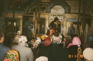 Служби в П'ятницькій церкві  з іще незакінченим іконостасом 2001 рік.