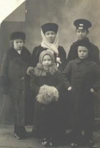 К.С.Мрочковська з дітьми: синами Михайлом та Юрієм, доньками – Ольгою і Олександрою. 7 січня 1913 р. Монастирище