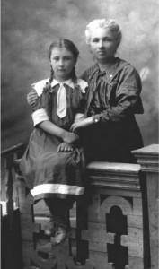 К.С. Мрочковська з донькою Олександрою (Олесею). 1914 р. Київ.