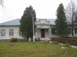 Будівля колишньої церковнопарафіяльної школи у с.Дорогинка (фото 2012 р.)